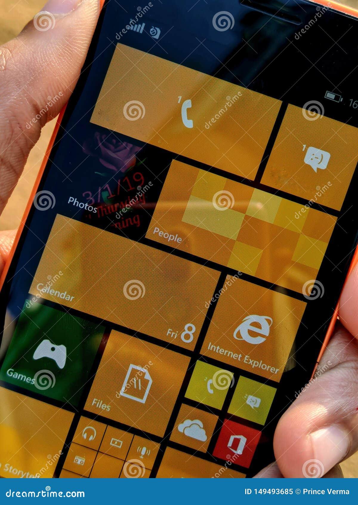Hand eines Kerls, der Fenster Telefon von Nokia h?lt