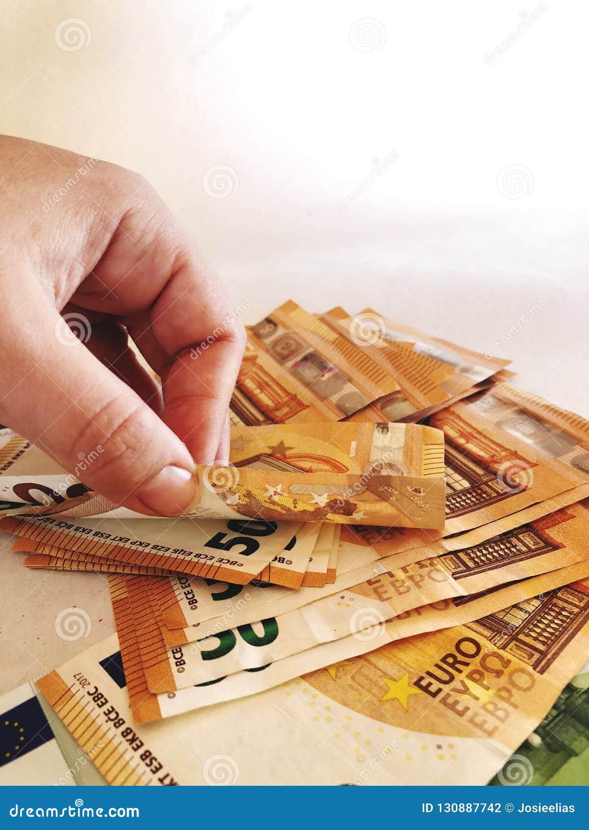 Hand en stapel van bankbiljetten â '¬50