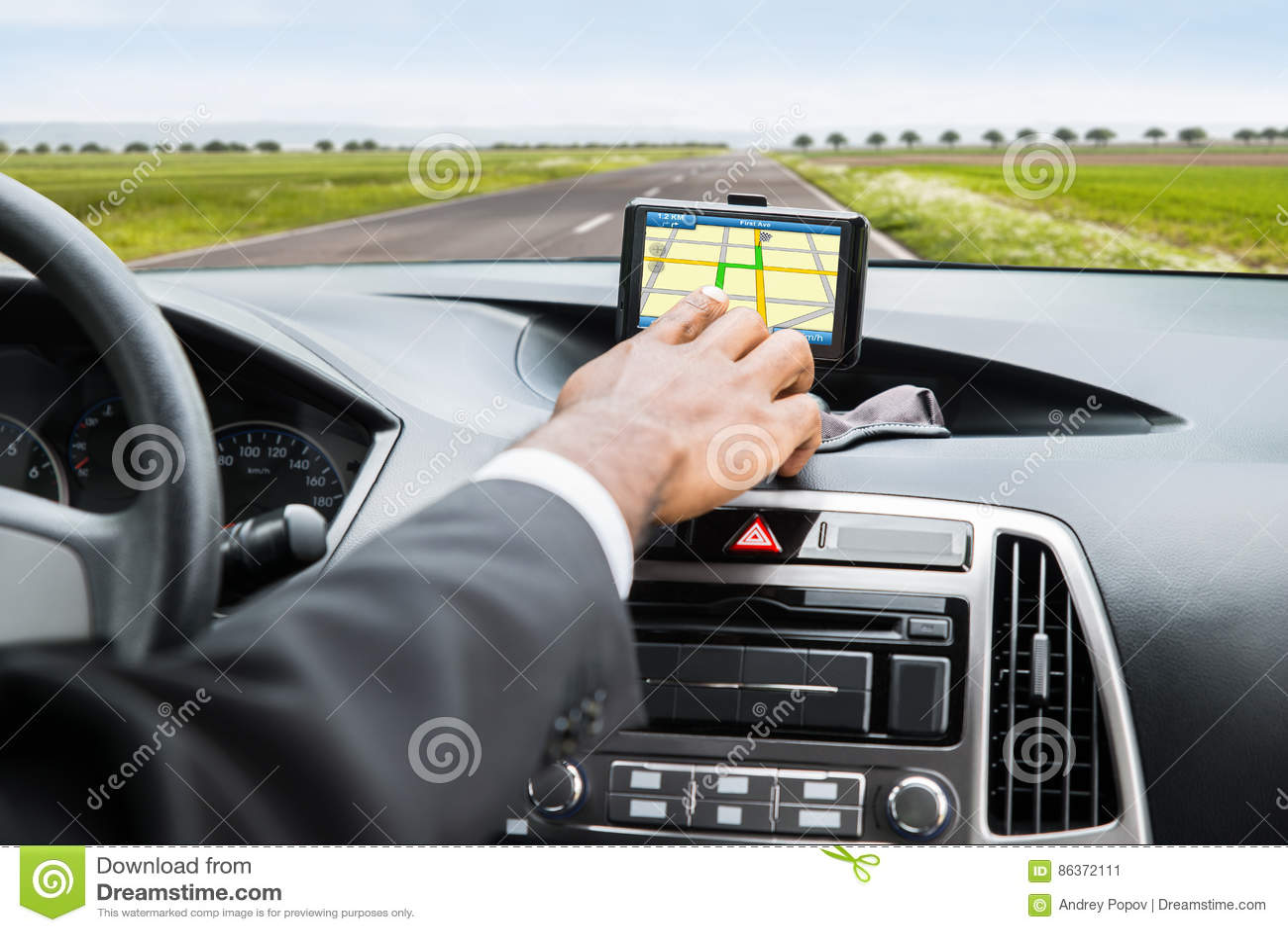 Hand för person` s genom att använda GPS service