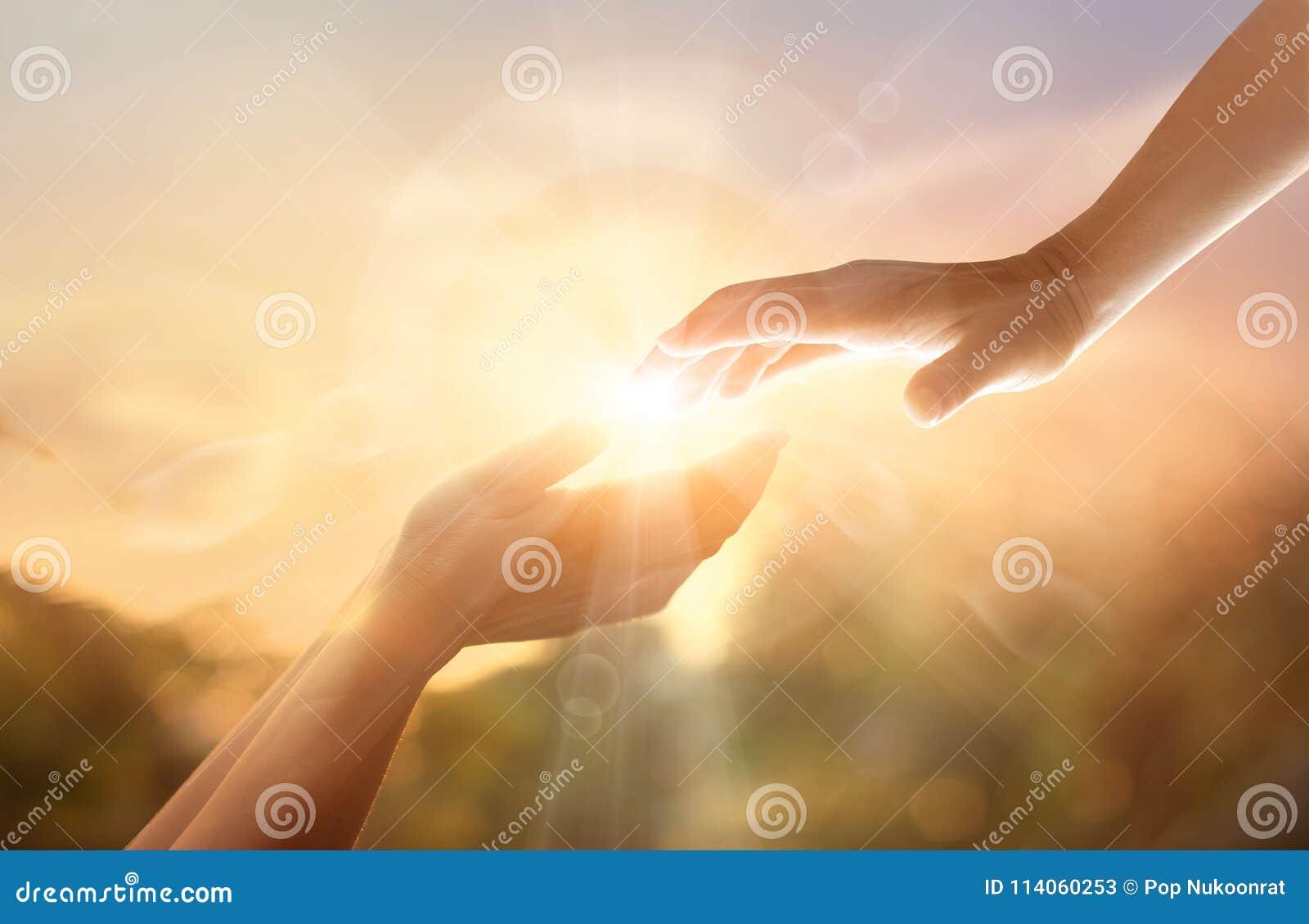 Hand för portion för gud` s med det vita korset på solnedgångbakgrund Da