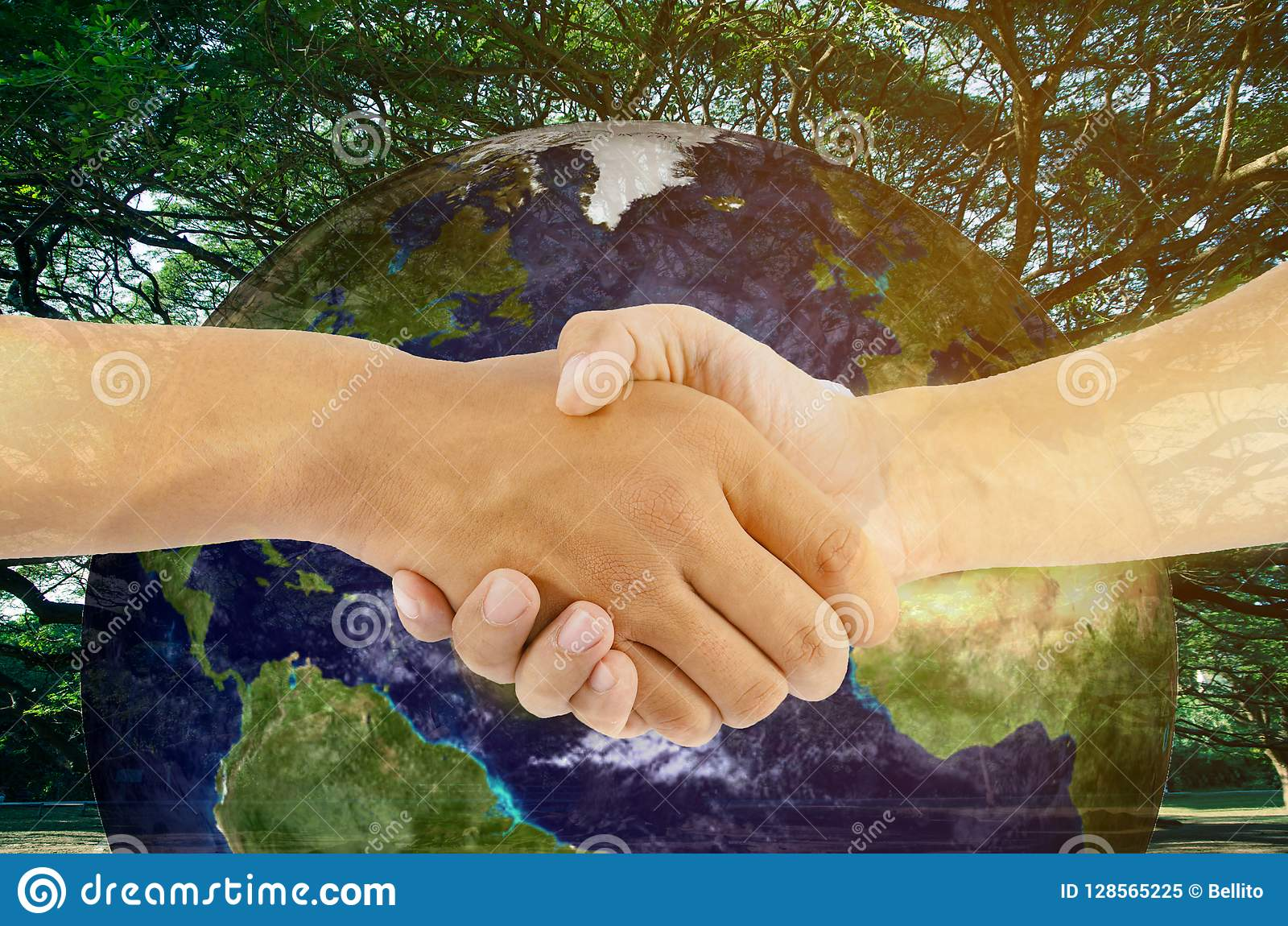 Hand för två man som skakar med jordbakgrund