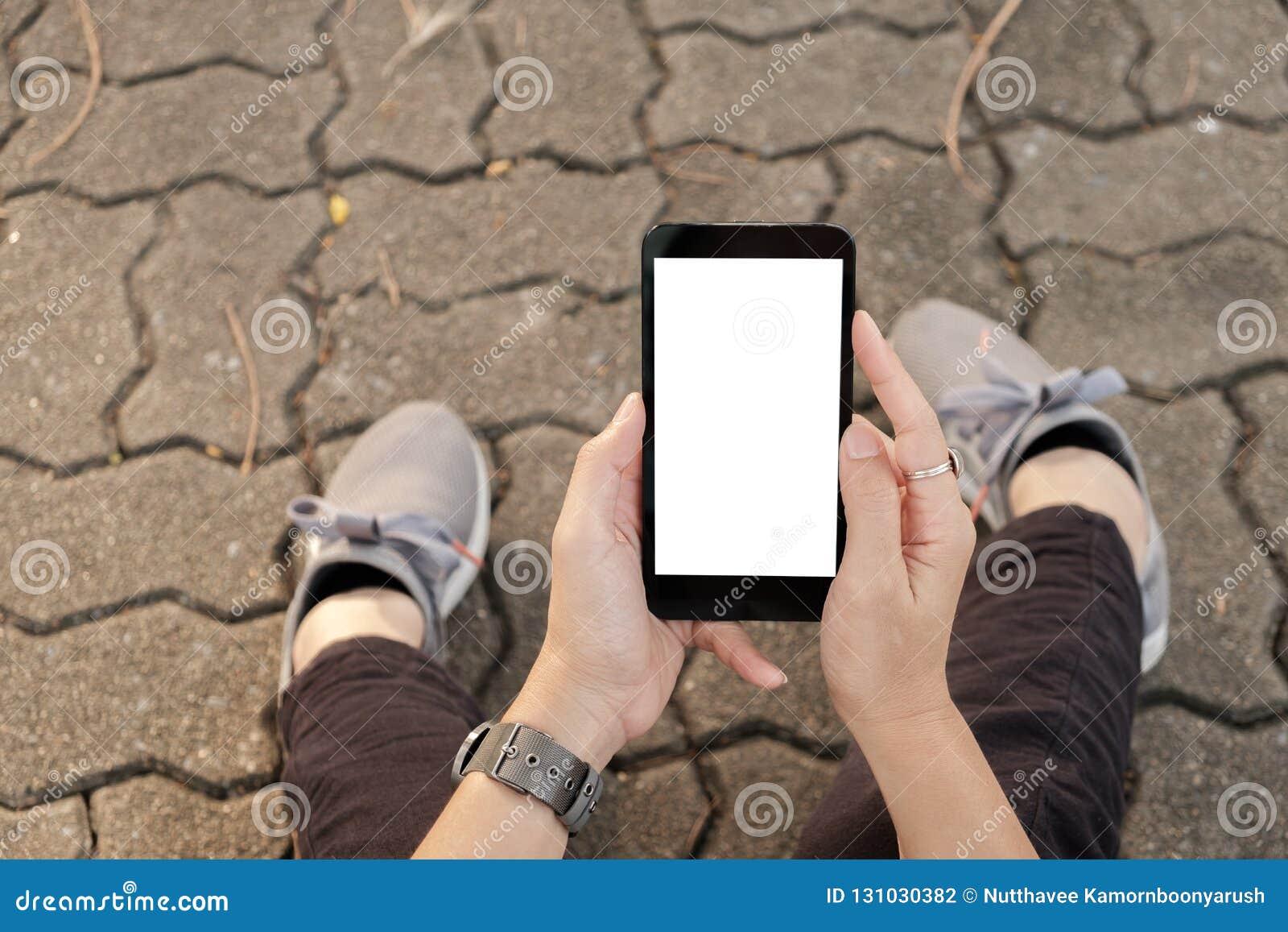 Hand genom att använda den stads- gatan för mobiltelefon