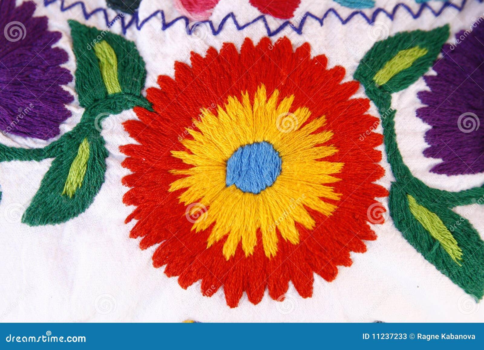 Hand gestikte stof met een kleurrijke bloem
