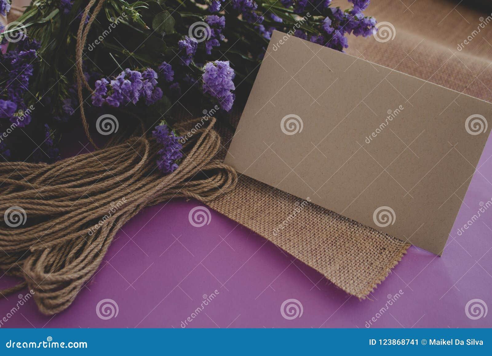 Hand - gjort papper för hantverk för inbjudan för kort för pappers- bröllop
