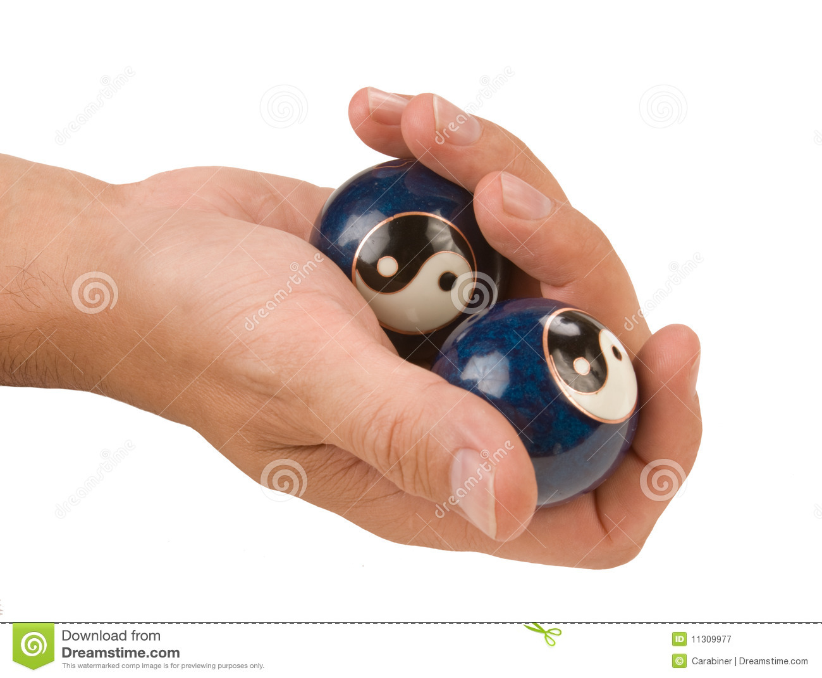 Hand hält eine Kugel getrennt an
