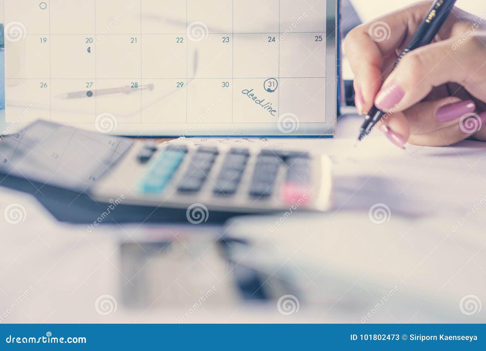 Hand het berekenen schuld en de nadruk van het betalingsconcept op de nota van de uiterste termijnkalender