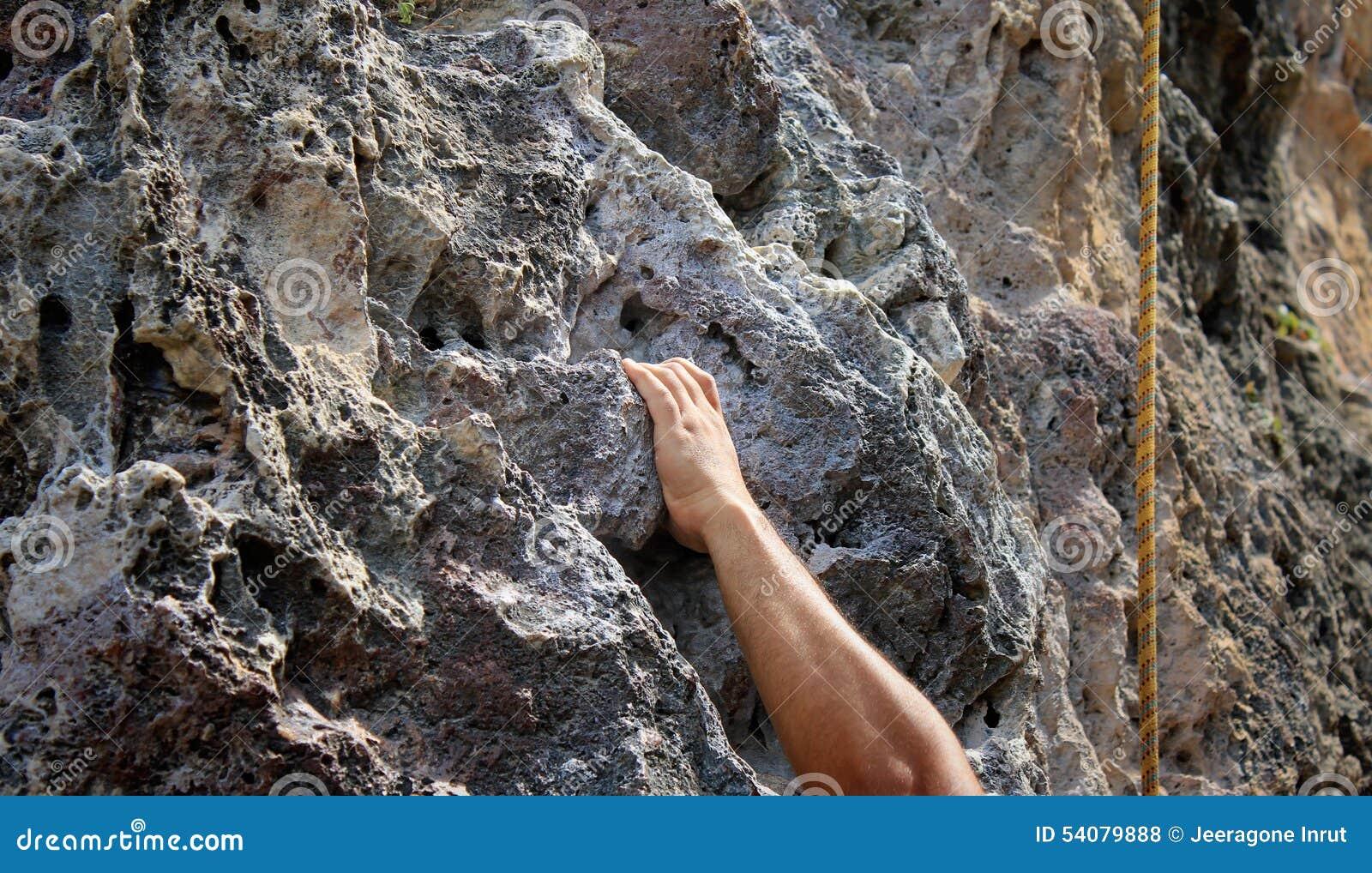 Hand het bevestigen op steenrots