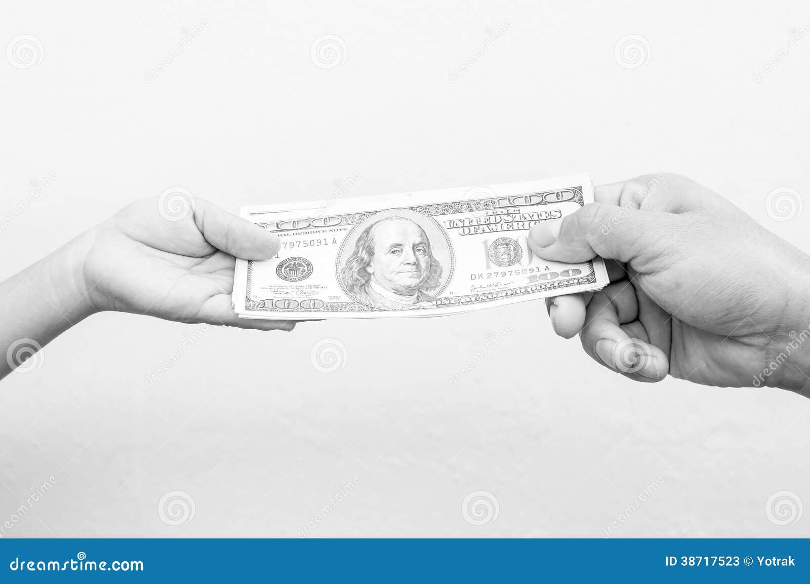 Hand het overhandigen geld aan een andere hand.