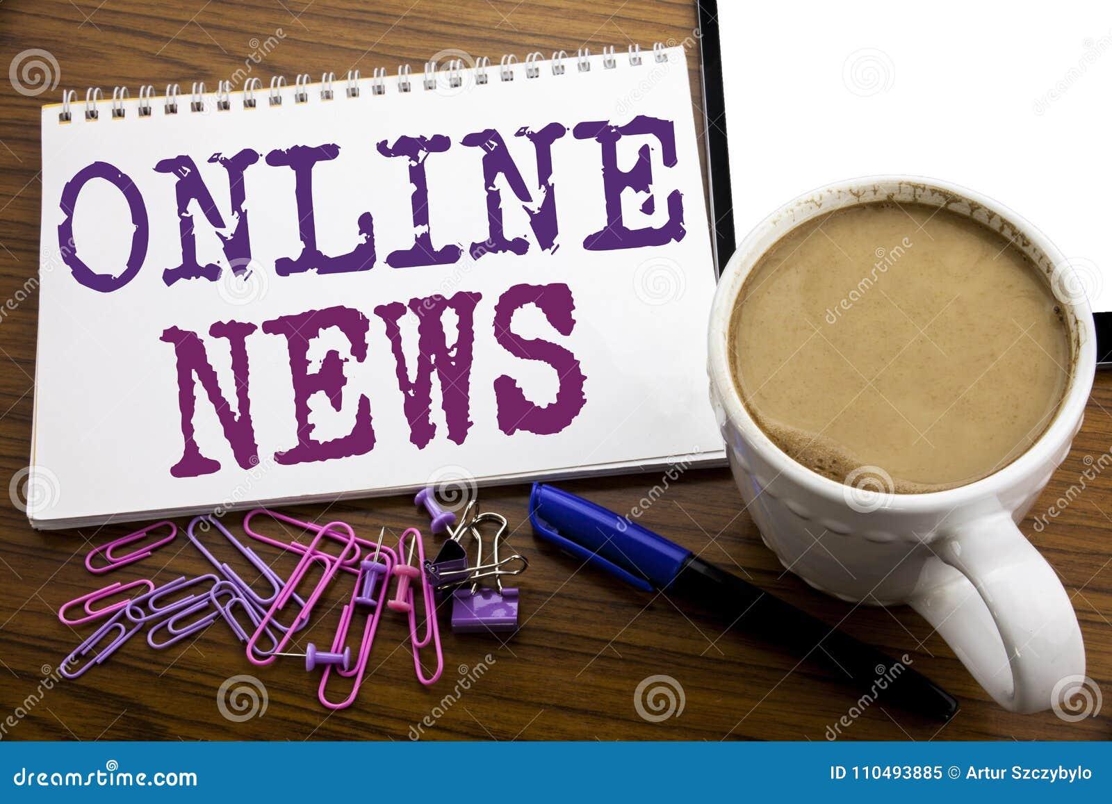 Hand het schrijven de inspiratie die van de teksttitel Online Nieuws tonen Bedrijfsconcept voor Online die Krantenartikel op nota