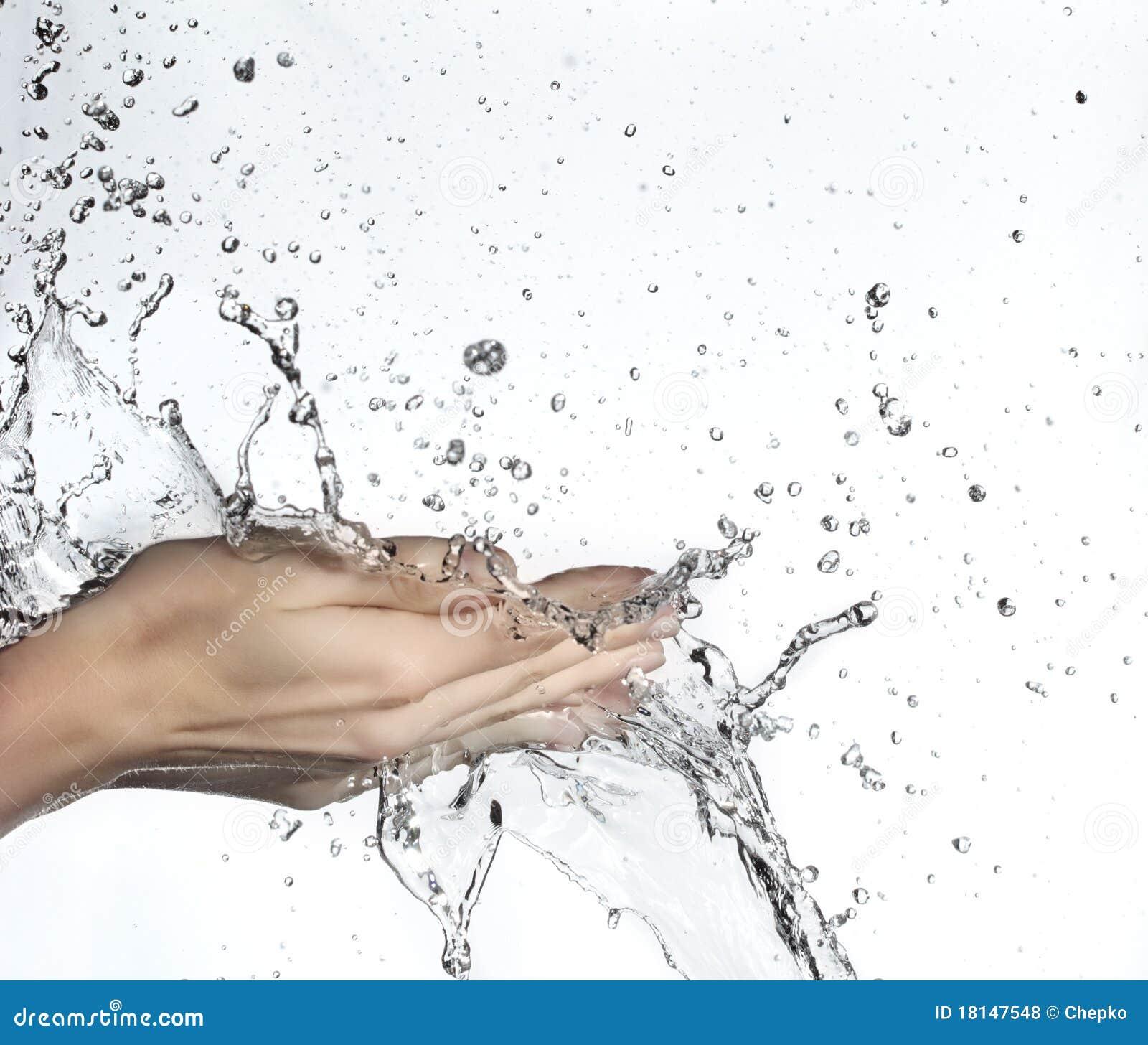 Hand im Wasserspritzen