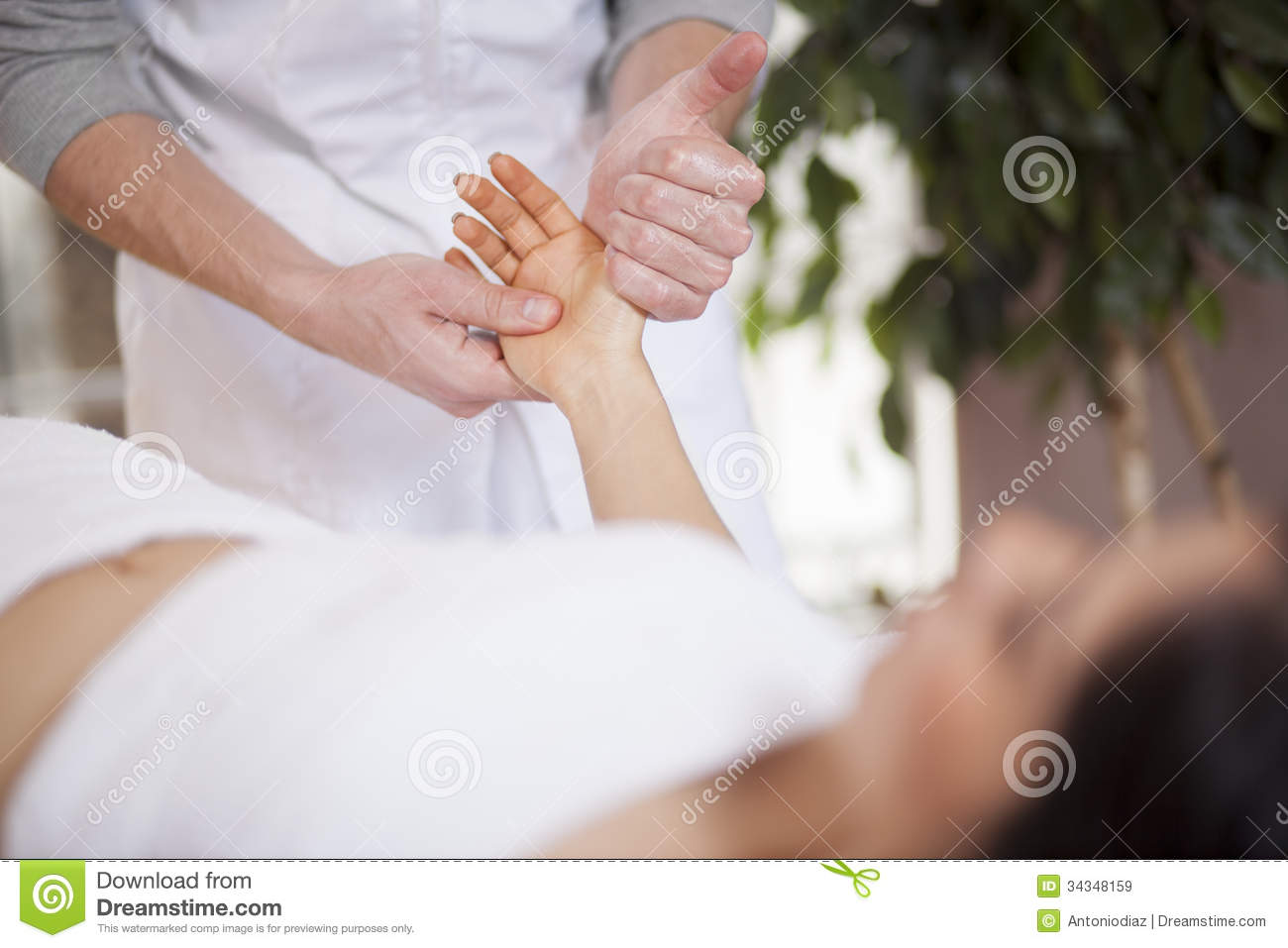 Hand massage at a spa royalty free stock images image for Salon younga