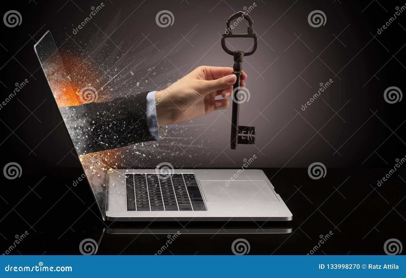 Hand med den enorma tangenten för tappning som kommer ut ur en bärbar dator