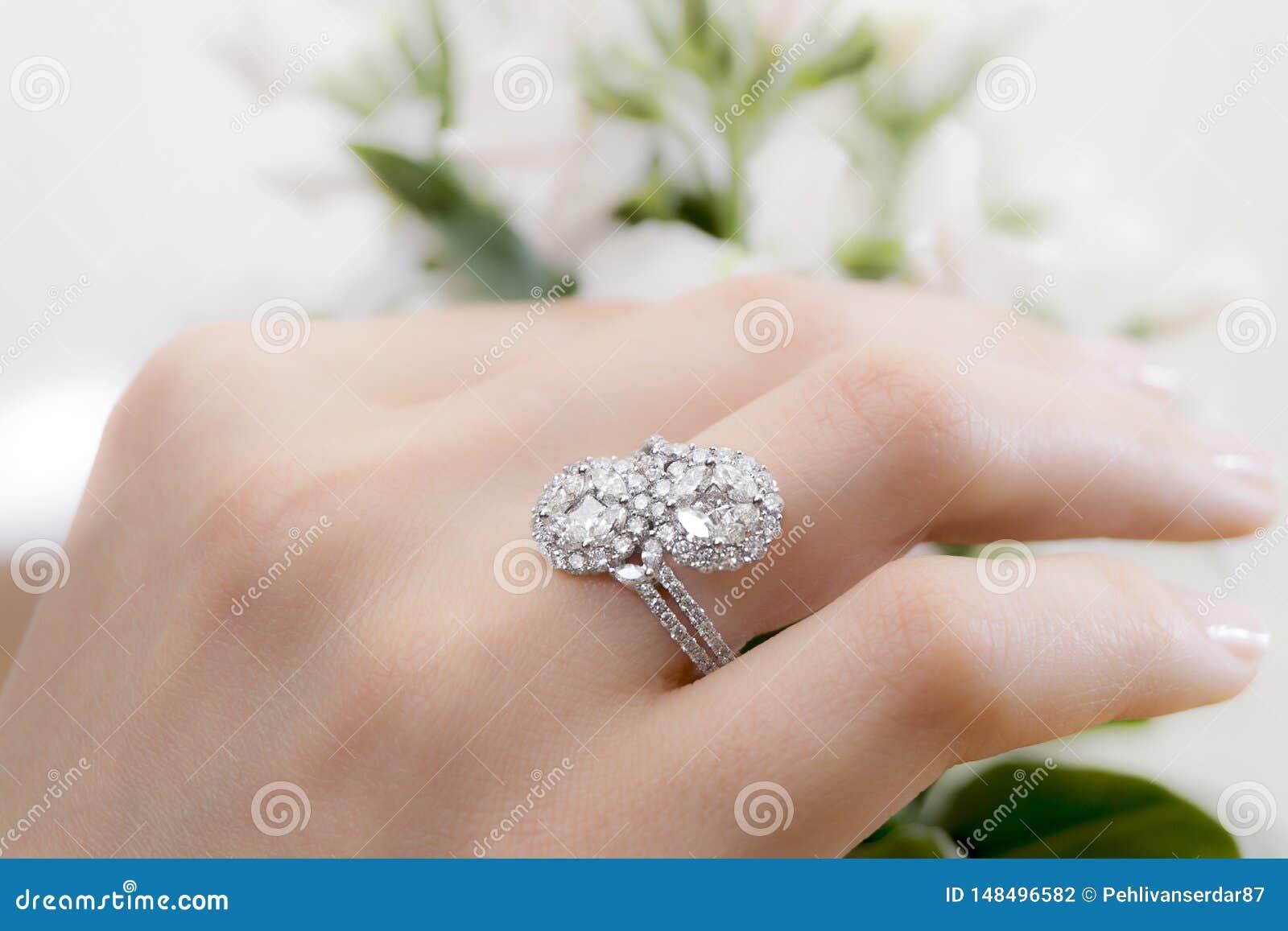 Hand med diamantcirkeln