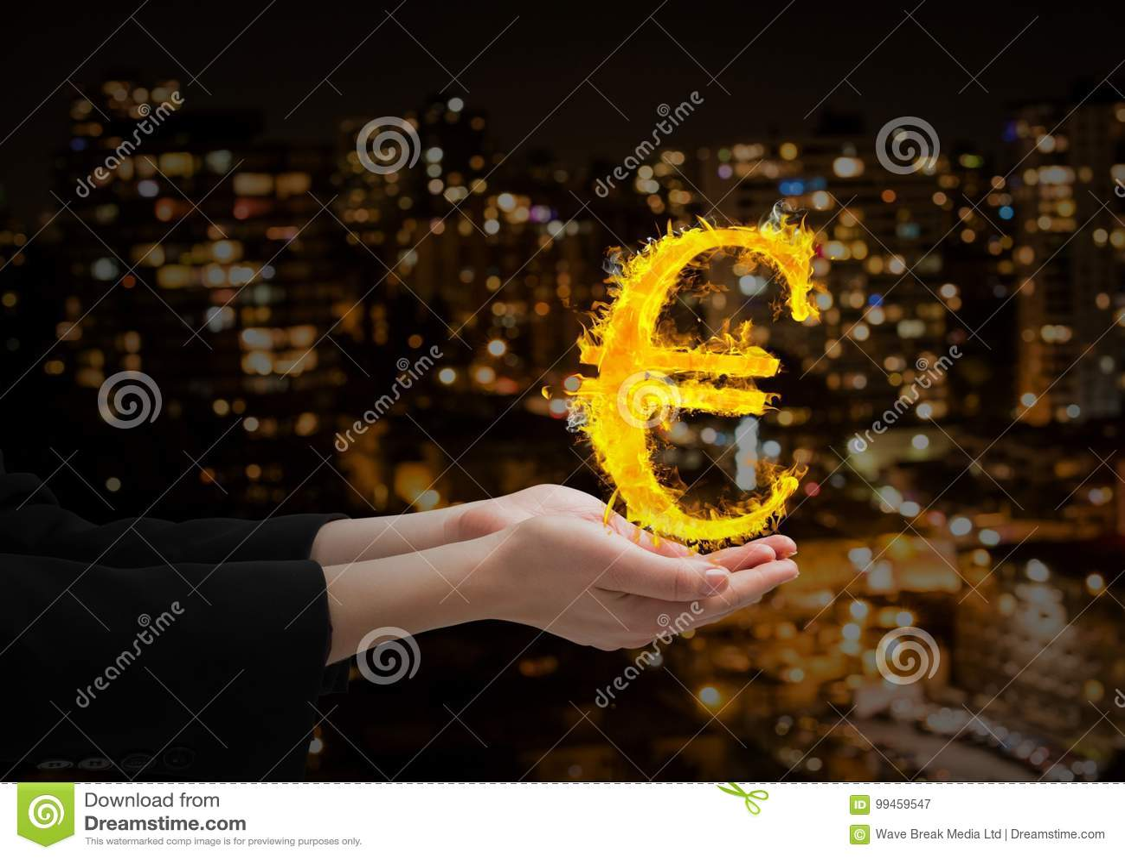 Hand med eurobrandsymbolen över framme av den suddiga staden på natten
