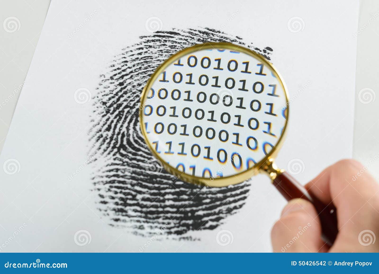 Hand med förstoringsglaset över ett fingeravtryck