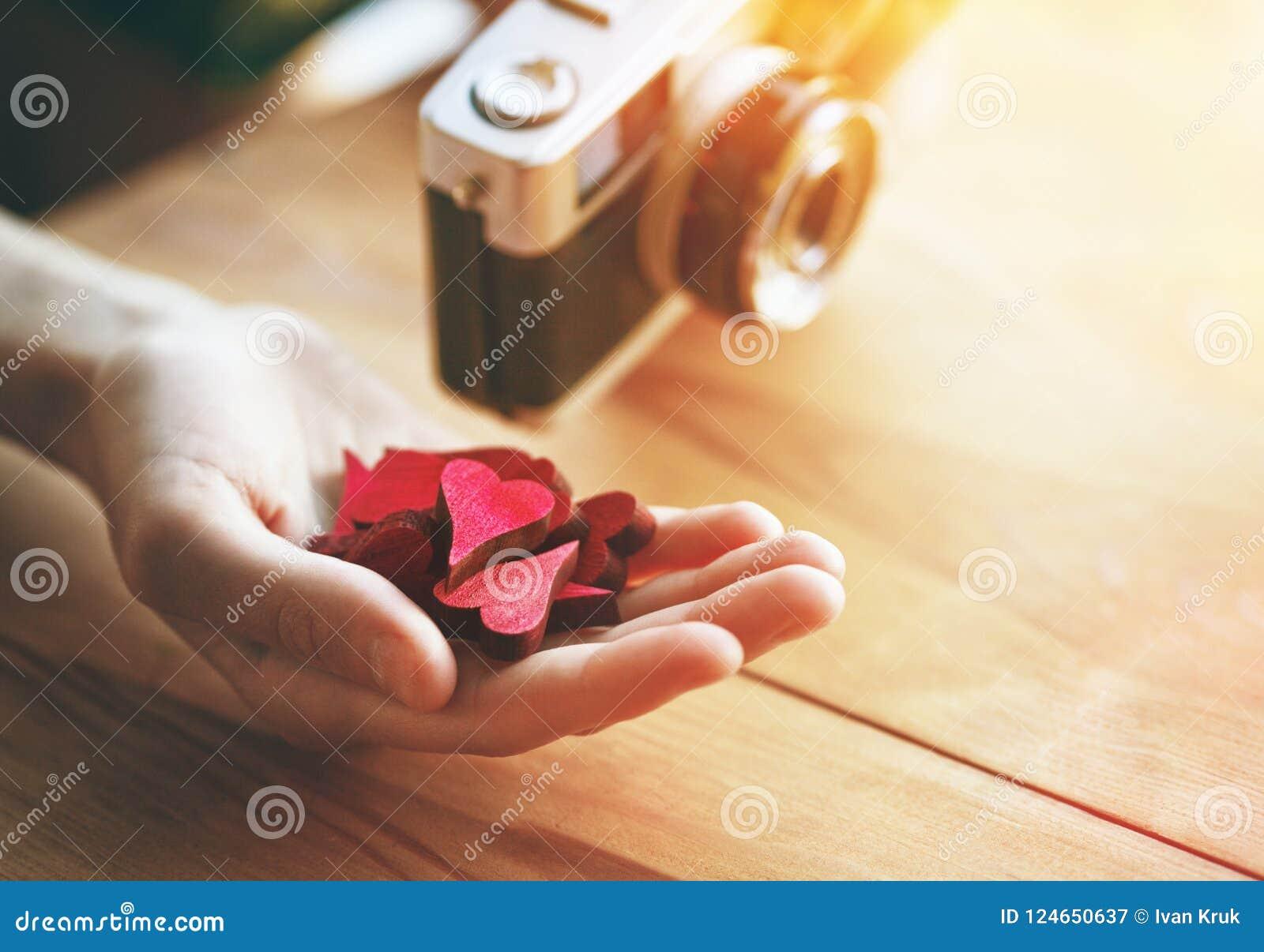 Hand med hjärtor som som symbol i socialt massmedia