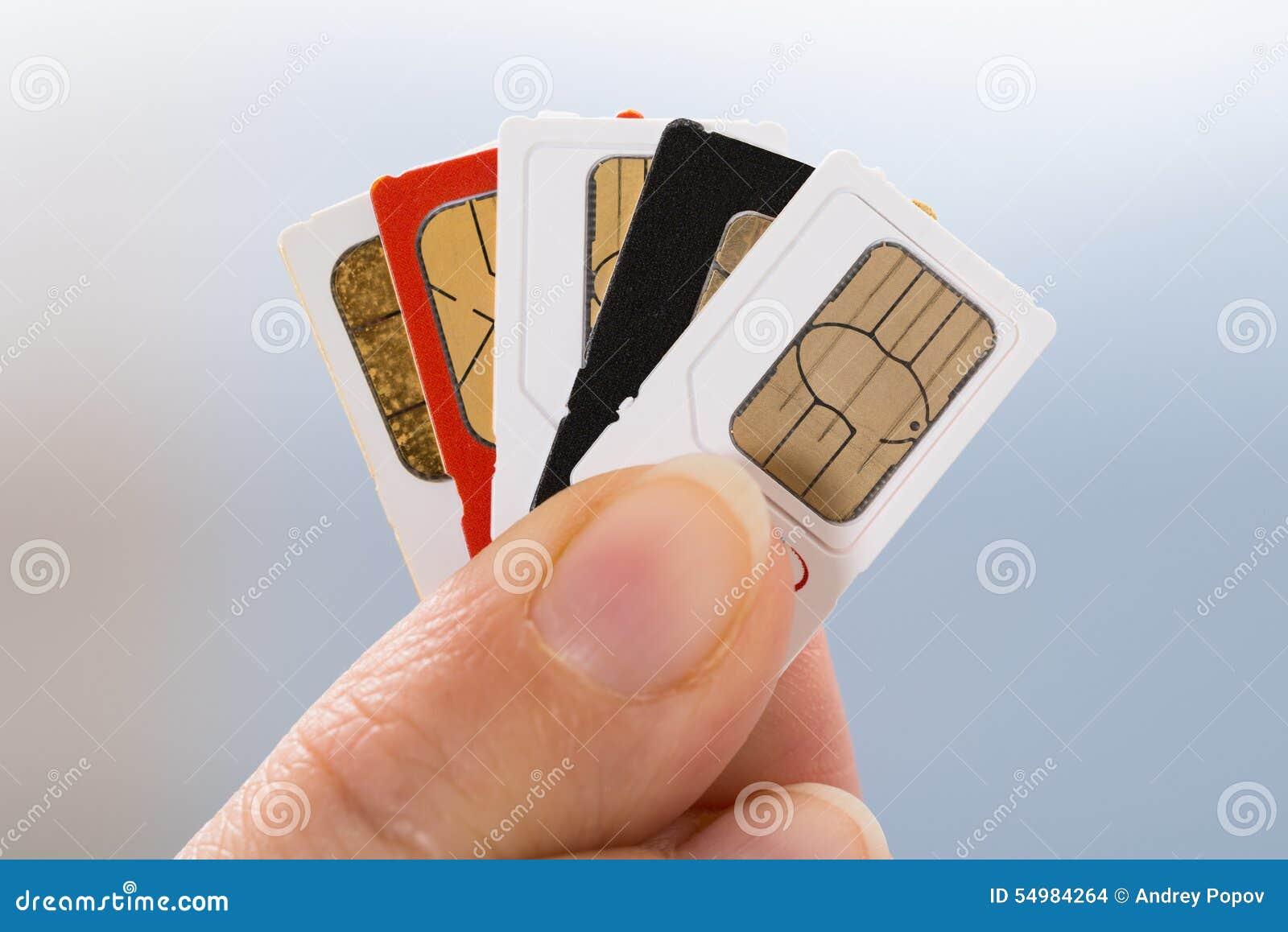 Hand med telefonsimkort