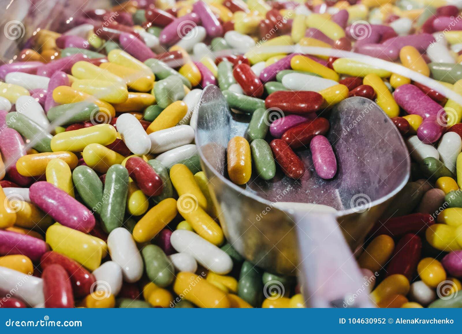 Download Hand Met Een Lepel Die Multi-coloured Geleibonen Plukken Stock Foto - Afbeelding bestaande uit taai, jellybean: 104630952