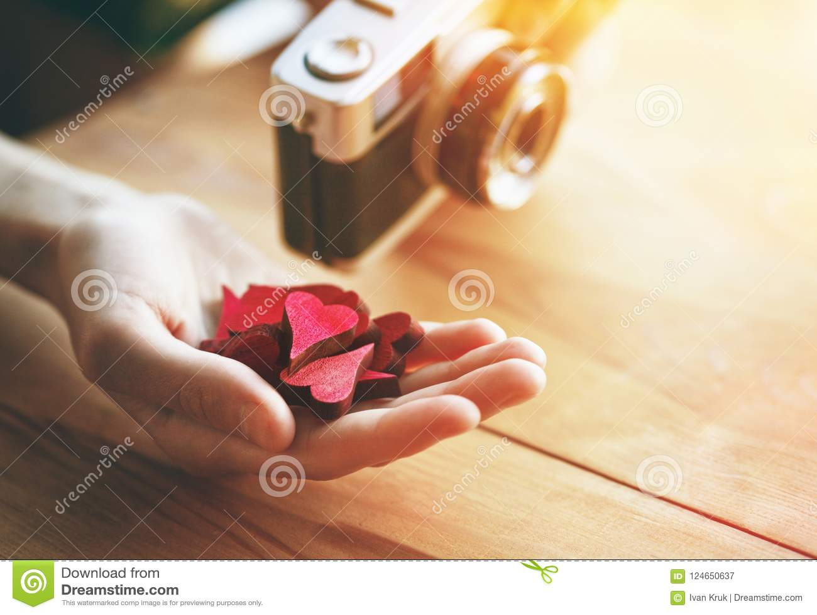 Hand met harten zoals zoals symbool in sociale media
