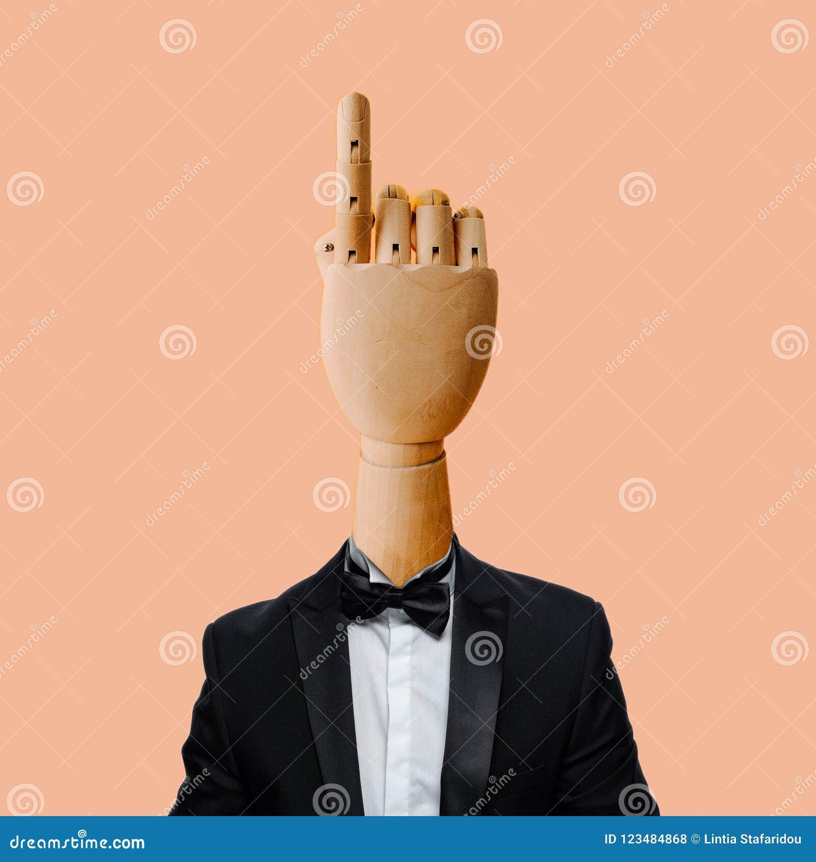Hand met rokend kostuum