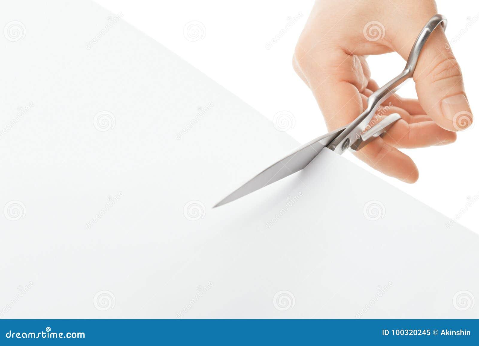 Hand met schaar en document