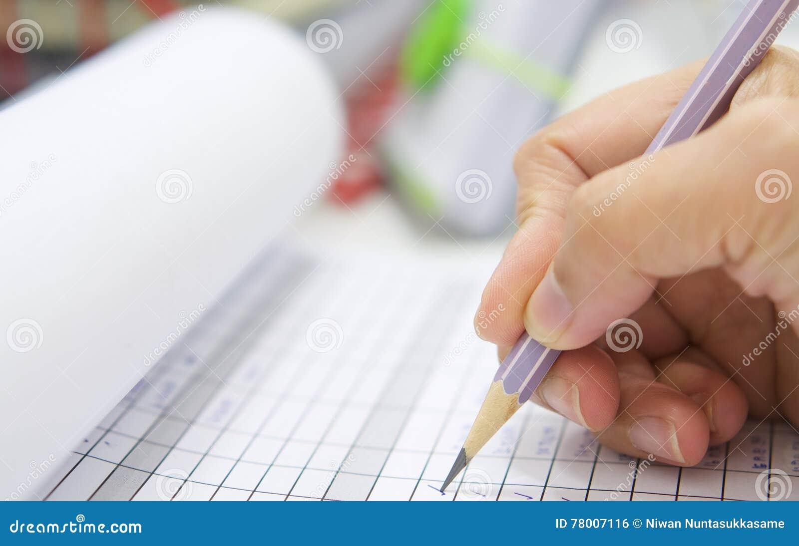 Hand mit Bleistift über Checklistenform
