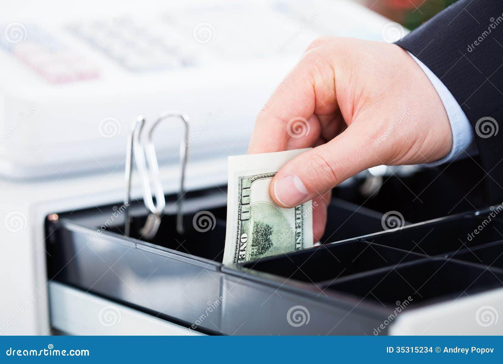 Hand mit Dollar-Anmerkungen