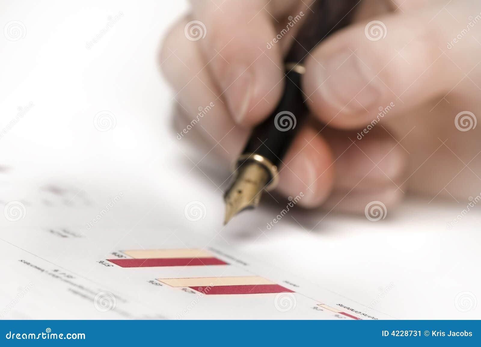 Hand mit Feder und Grafiken