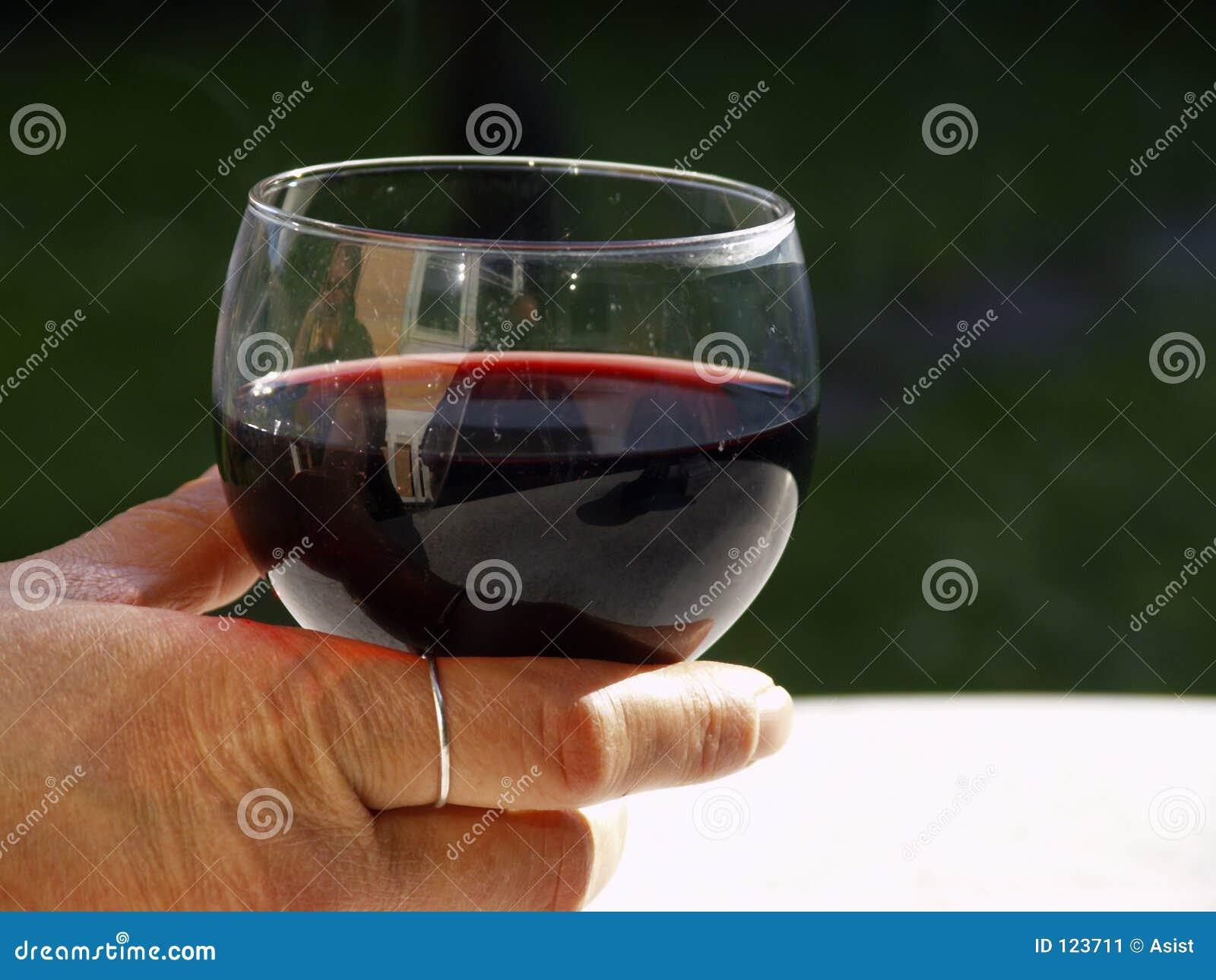 Hand mit Glas Rotwein