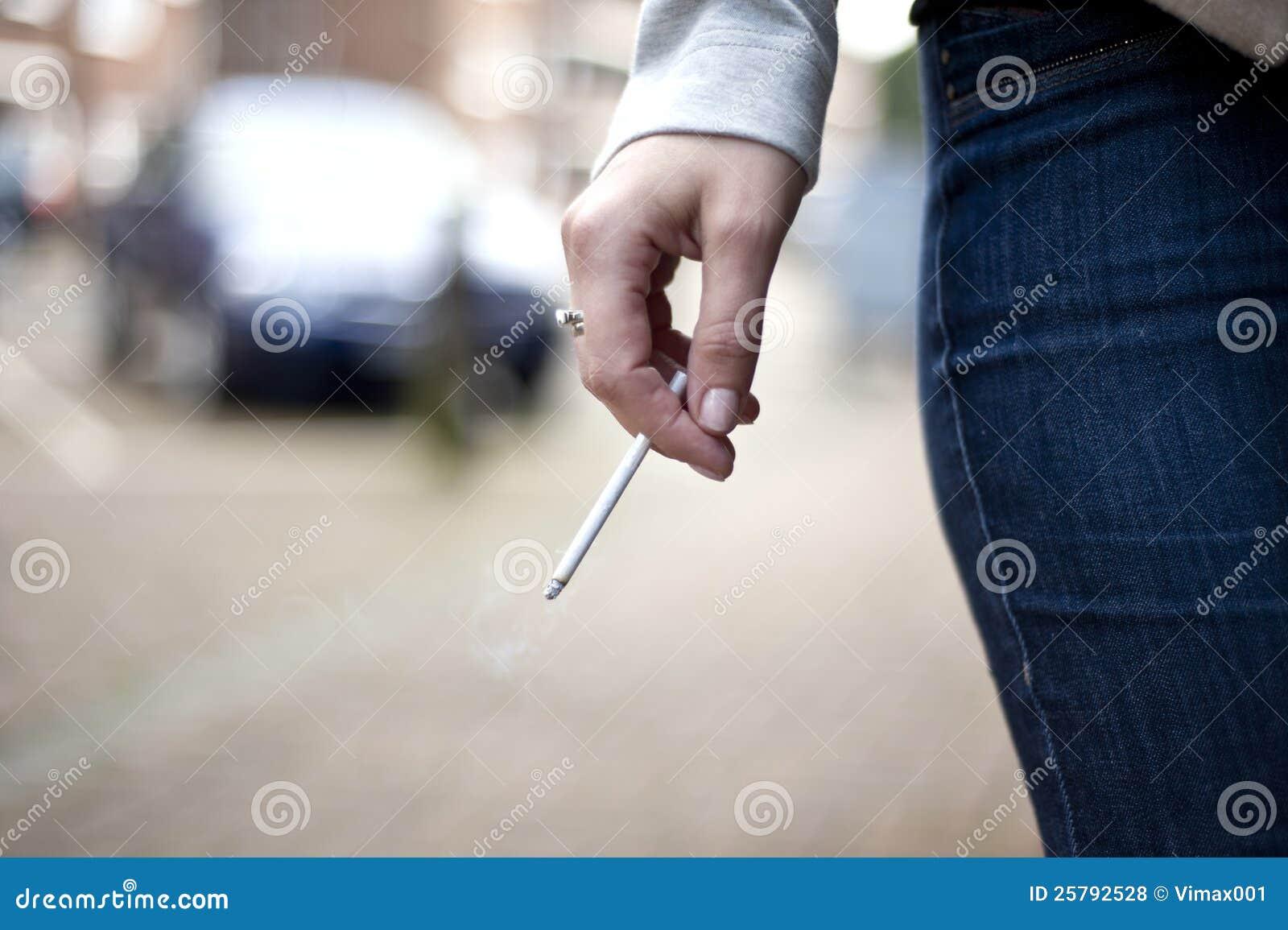 Hand mit sigarette