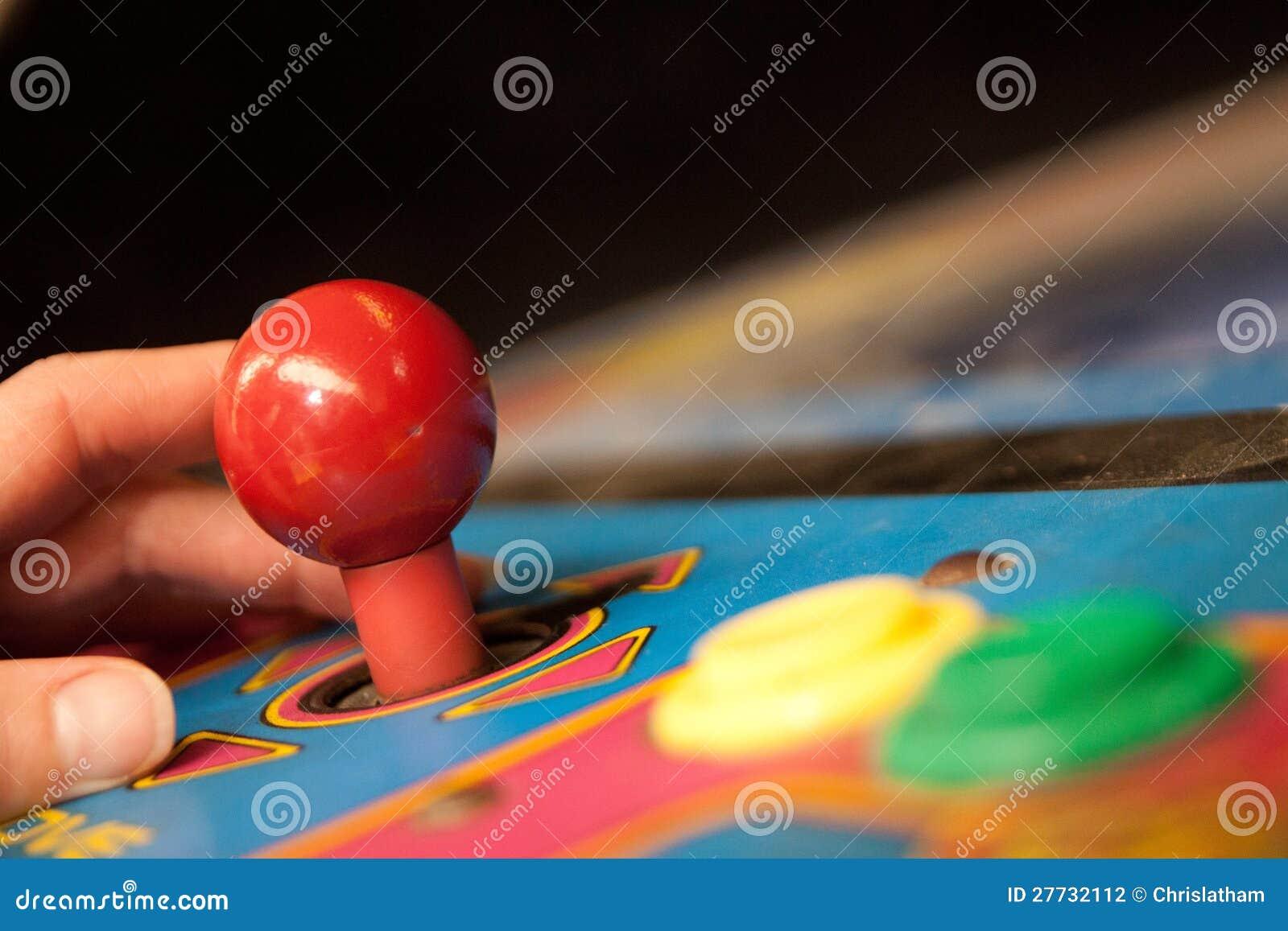 Hand mit Videospielsteuerknüppel