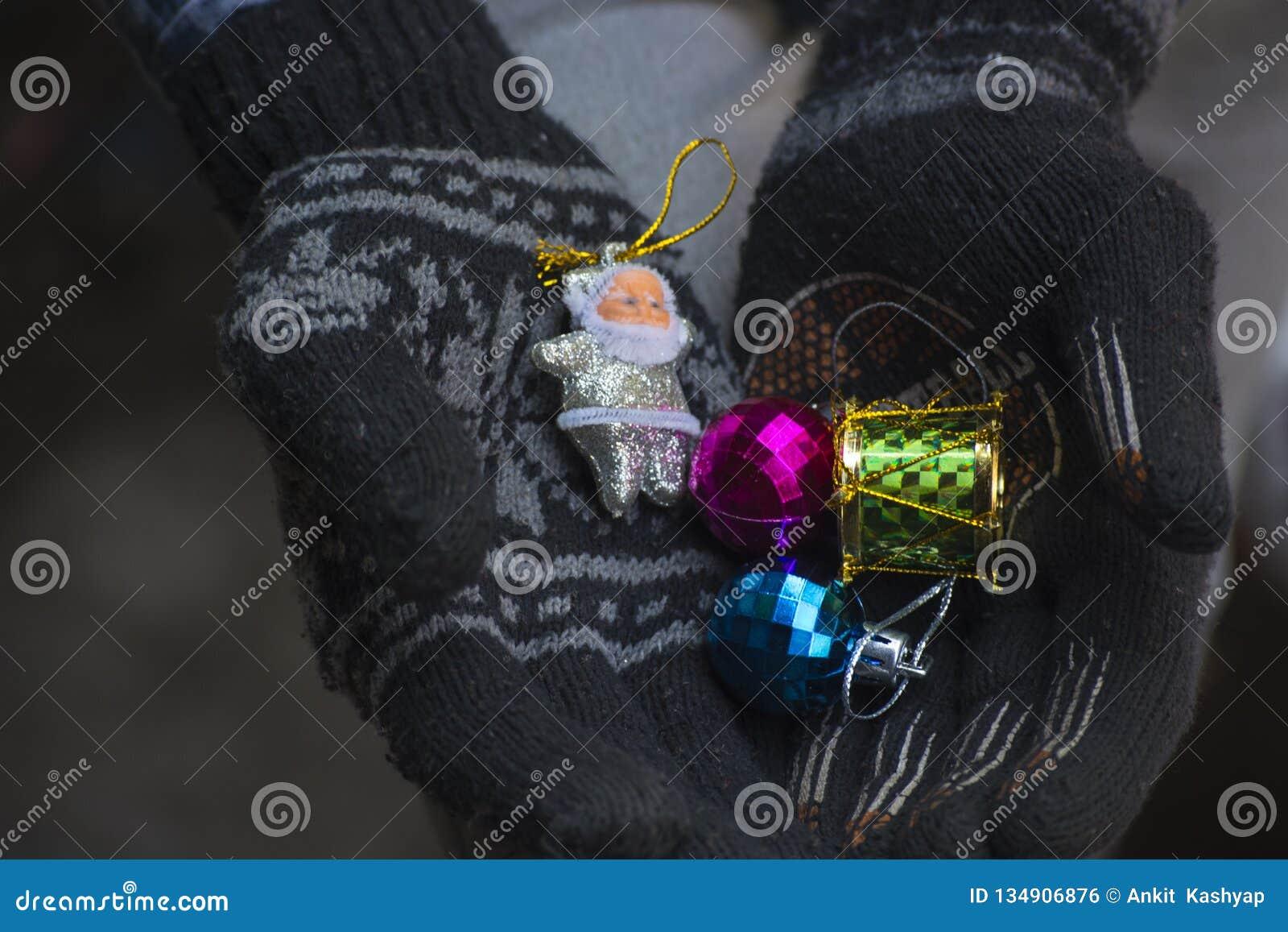Hand mycket av gåvor för jul
