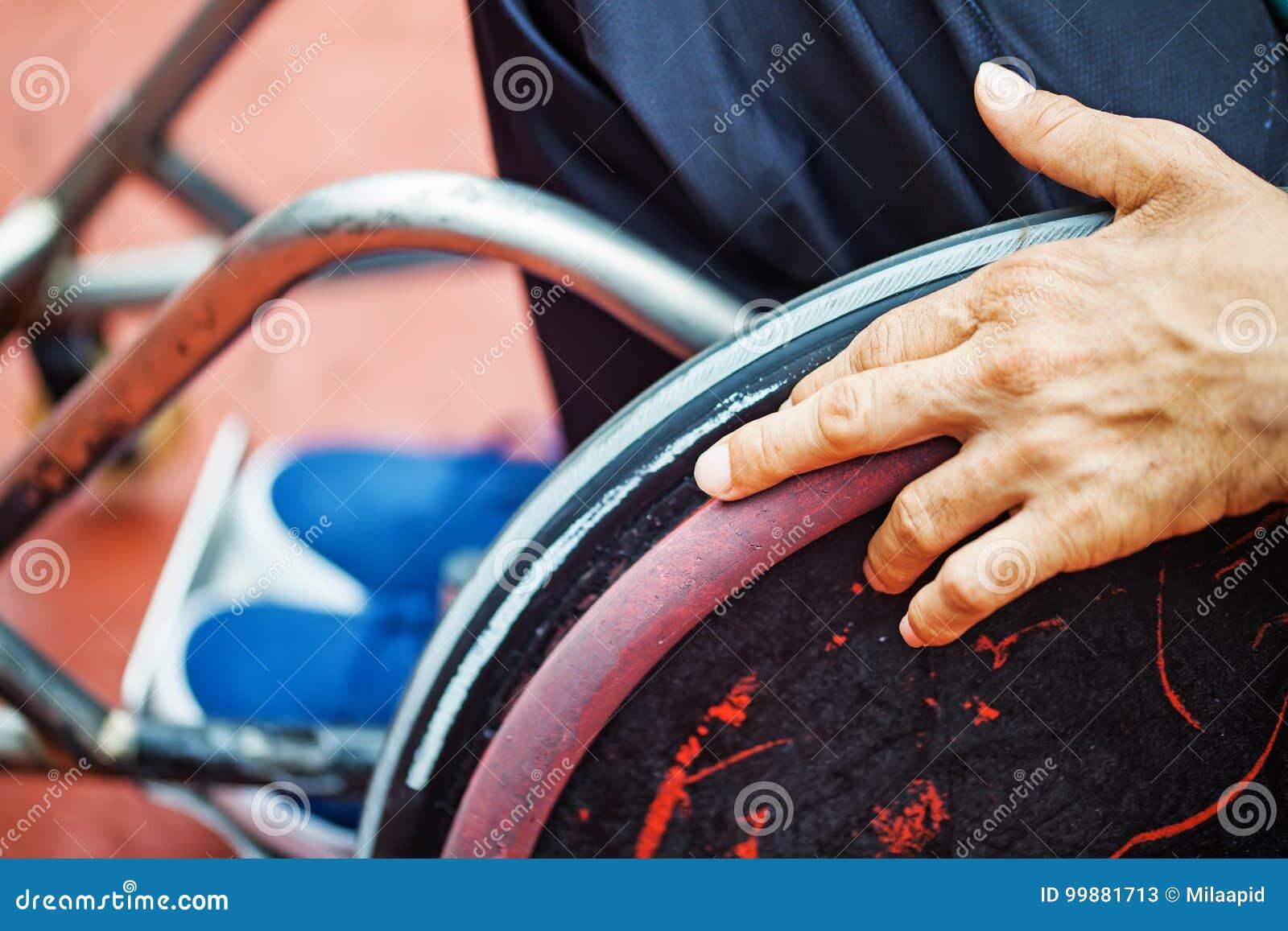 Hand op een wiel van rolstoel