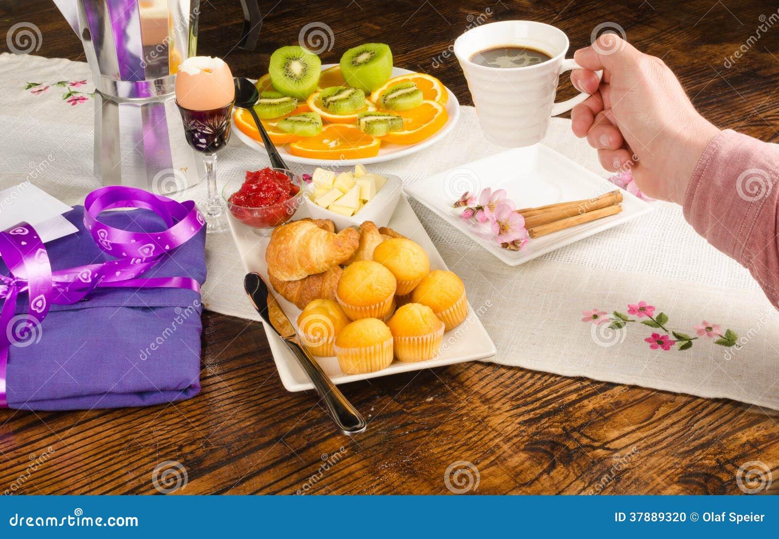 Hand op feestelijk ontbijt