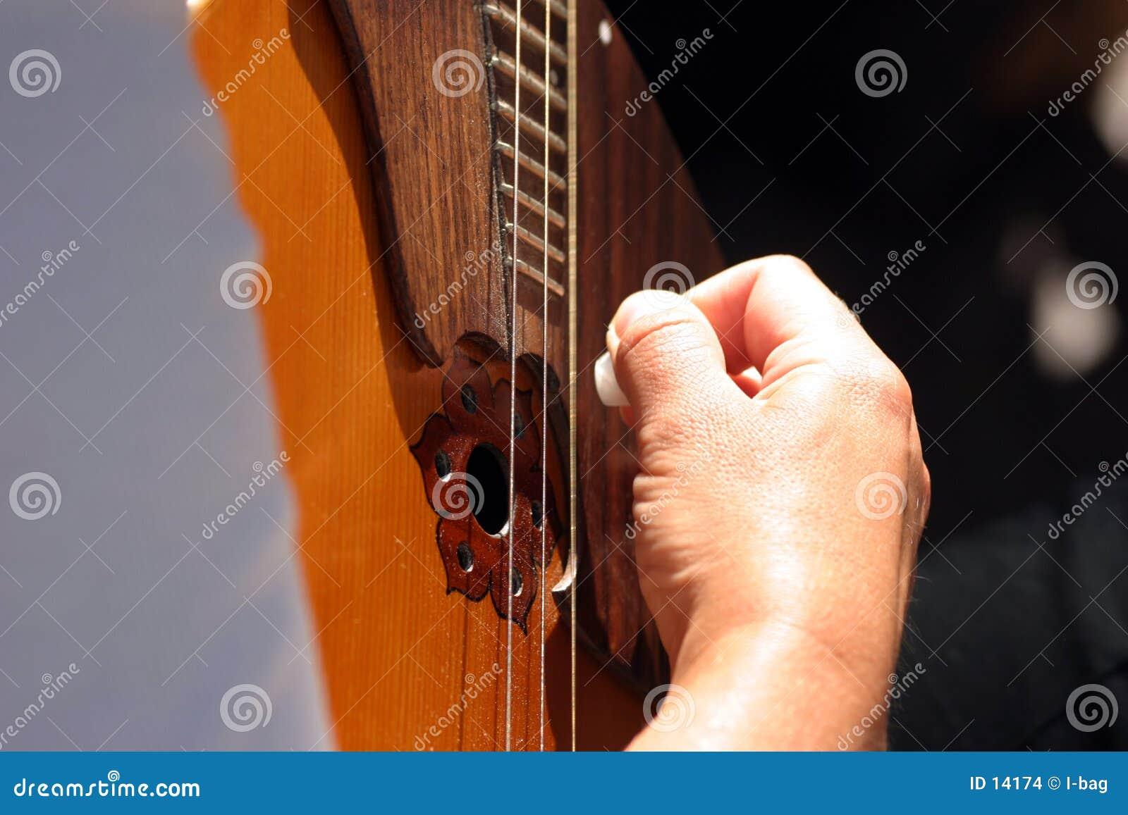 Hand op gitaar