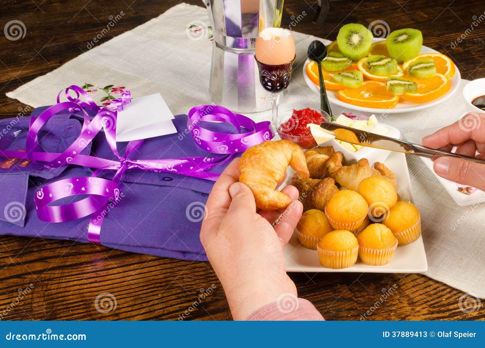 Hand op het ontbijt van de vadersdag