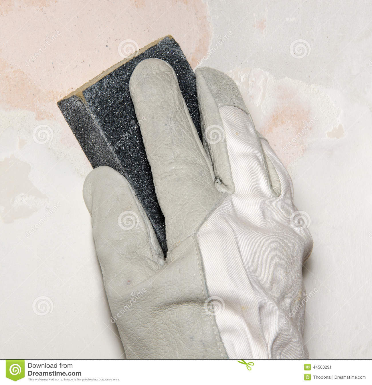 Hand sanding the wall with a sanding sponge stock photo for Poncer un mur peint