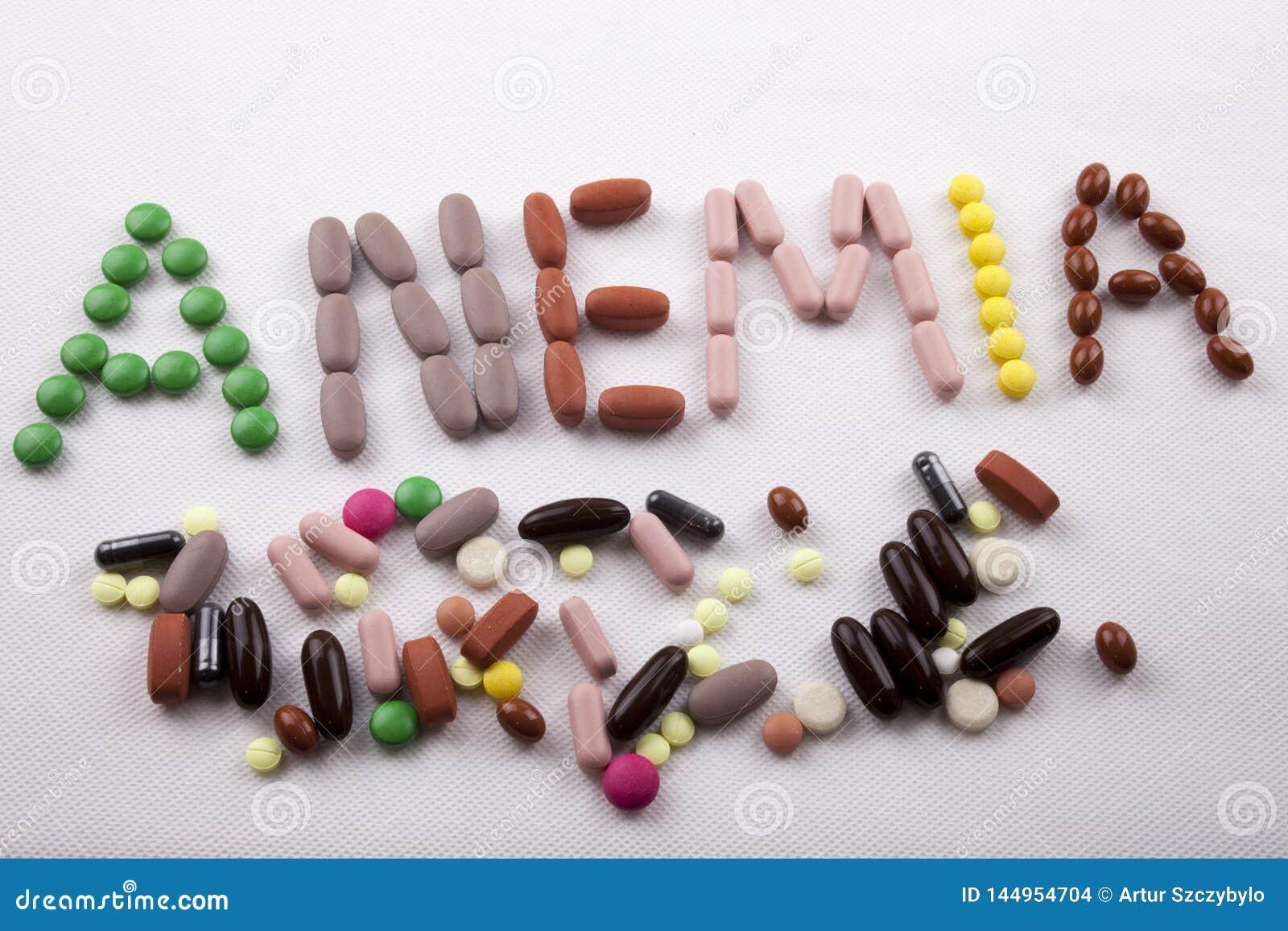 Hand som skriver medicinsk v?rdbegreppet som ?r skriftligt med ordet BLODBRIST f?r pillerdrogkapsel p? vit isolerad bakgrund med