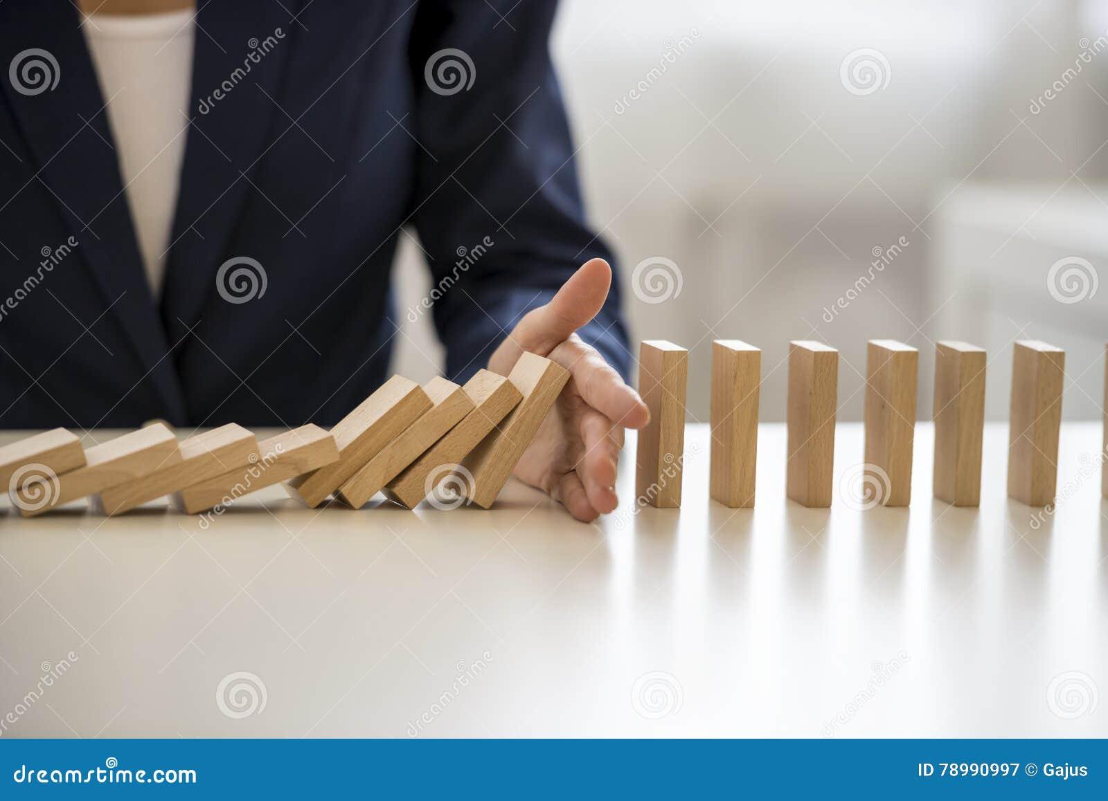 Hand som stoppar fallande kvarter på tabellen