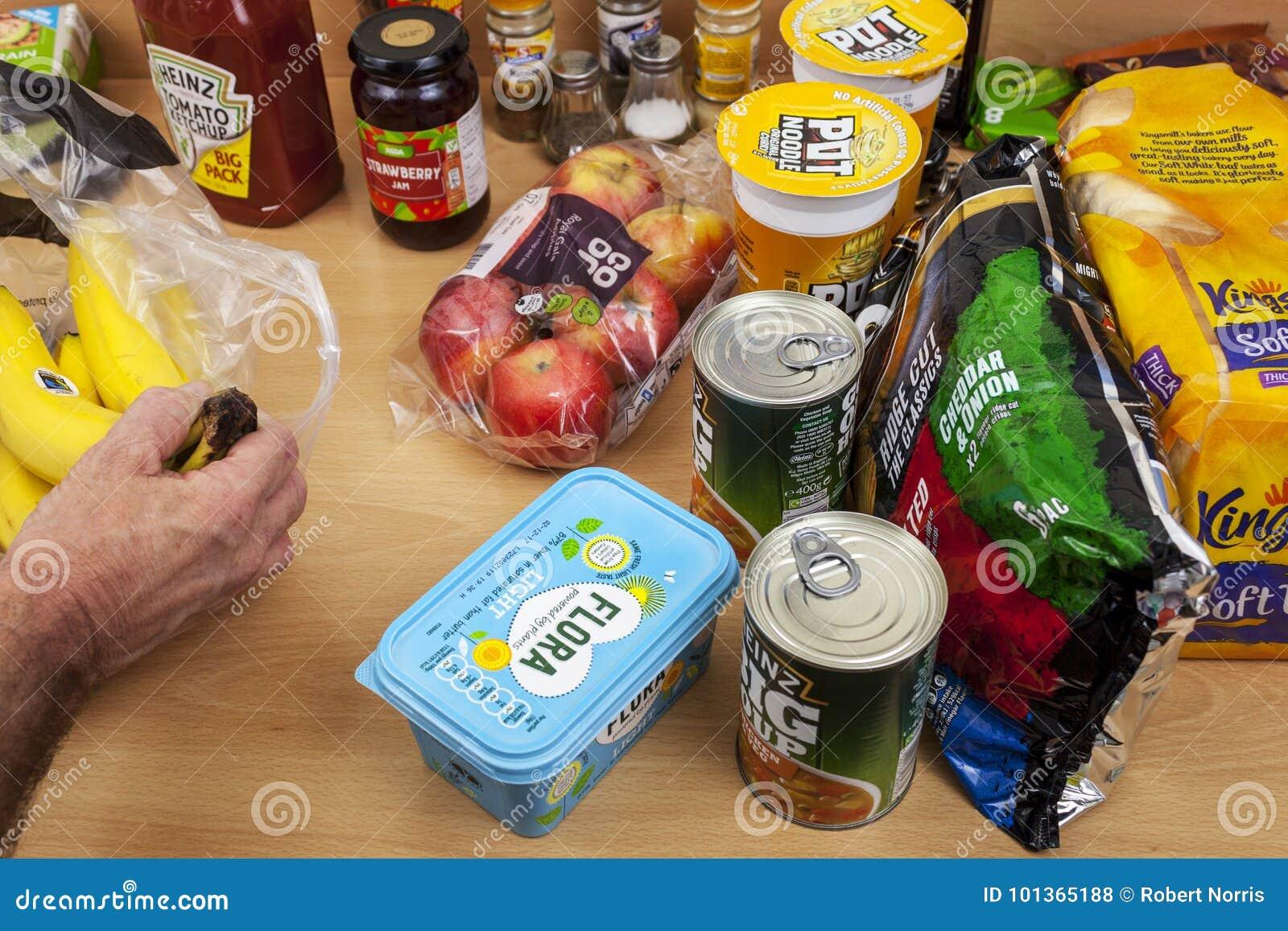 Hand uitpakkende kruidenierswinkels van een boodschappentas