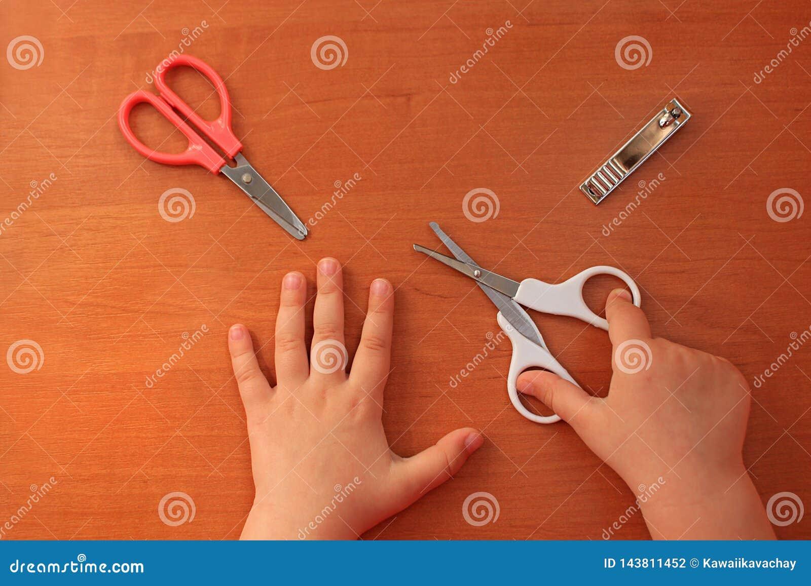 Hand-und Nagelpflege für das Kind Kind-` s Maniküre Ansicht von oben