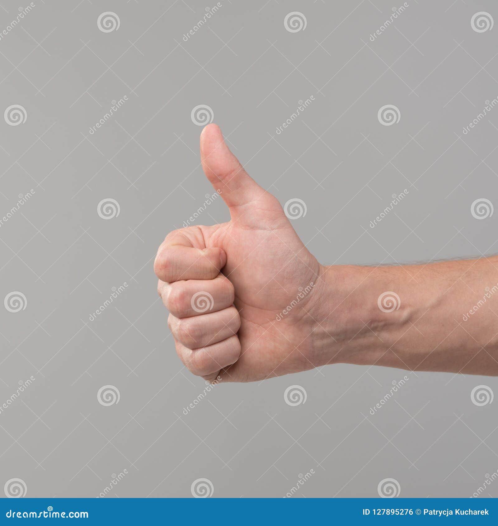 Hand undertecknar upp tum
