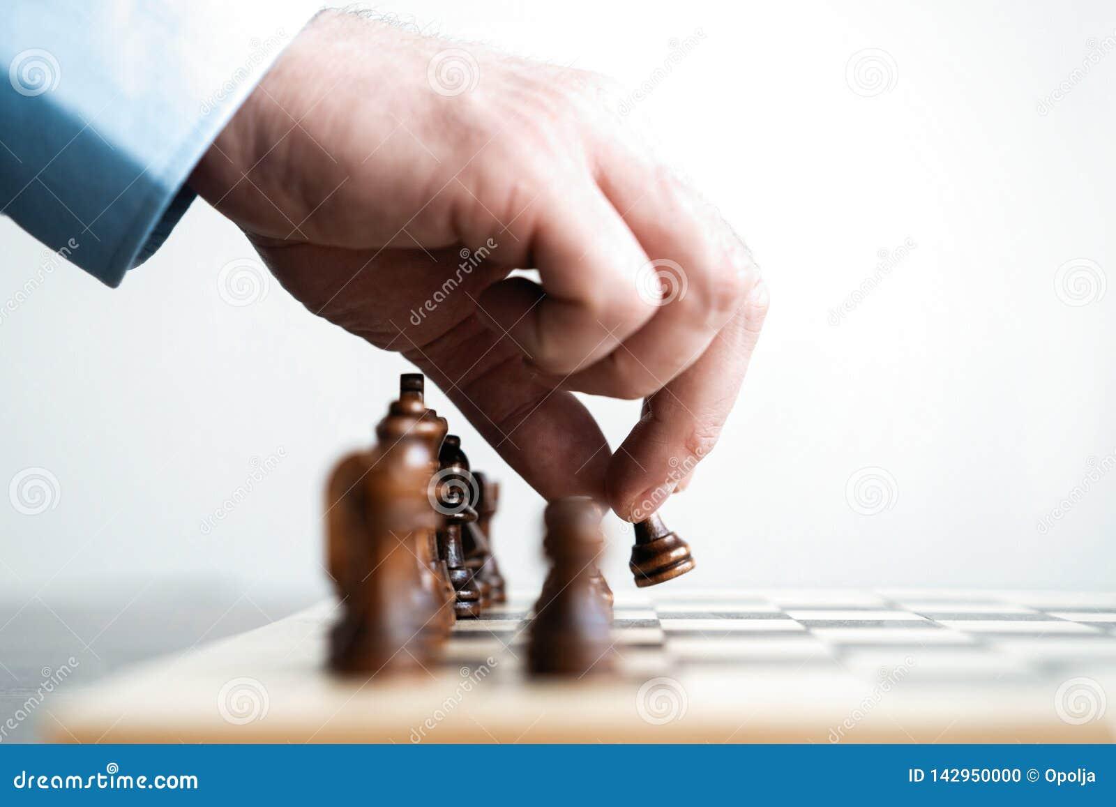 Hand van cijfer van het zakenman het bewegende schaak in het spel van het de concurrentiesucces strategie, beheers of leidingscon