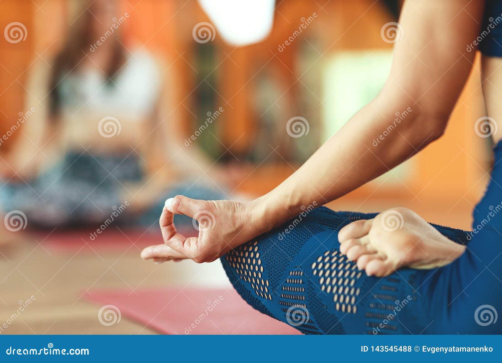 Hand van een vrouw, mudra die, het praktizeren yoga in Lotus-positie mediteren