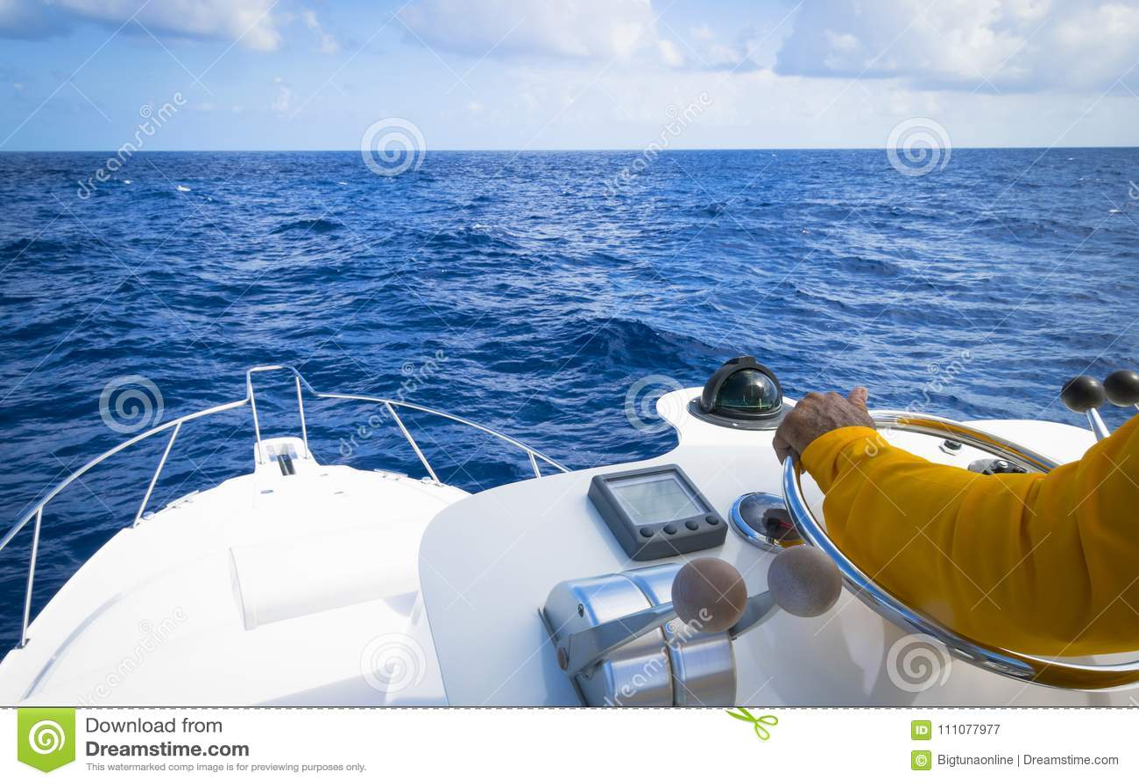 Hand van kapitein op stuurwiel van motorboot in de blauwe gepaste oceaan de visserijdag