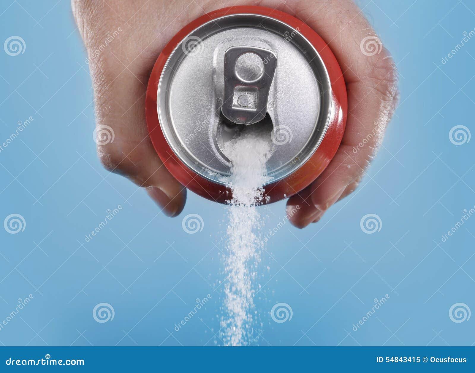 Hand, welche die Getränkedose gießt eine verrückte Menge Zucker in der Metapher des Zuckergehalts eines Auffrischungsgetränks häl