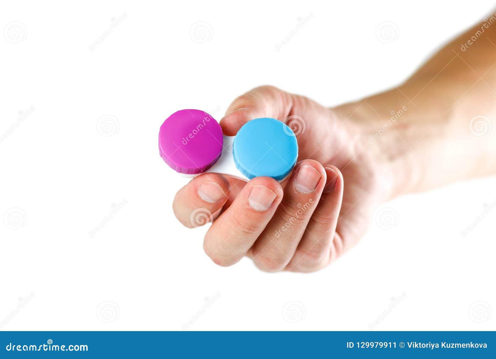 Hand, welche die Linse zum Auge hält Abschluss oben Lokalisiert auf weißem Ba