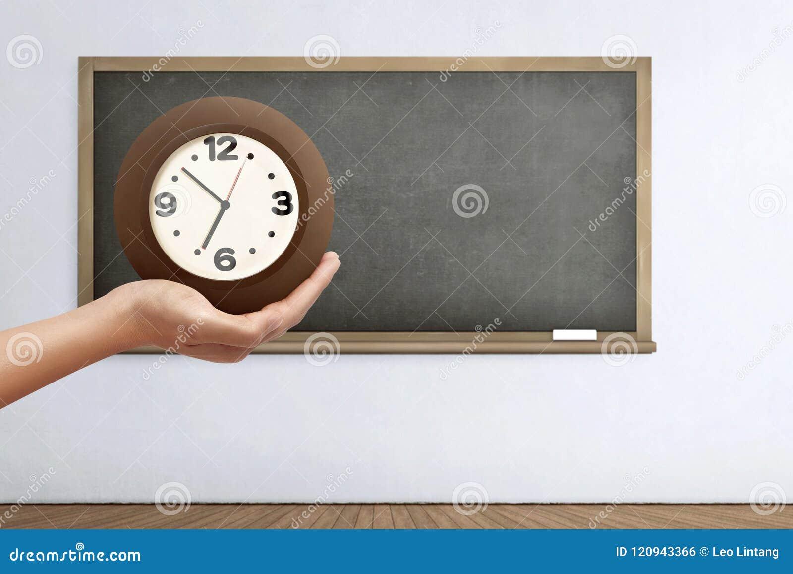 Hand, welche die Uhr hält