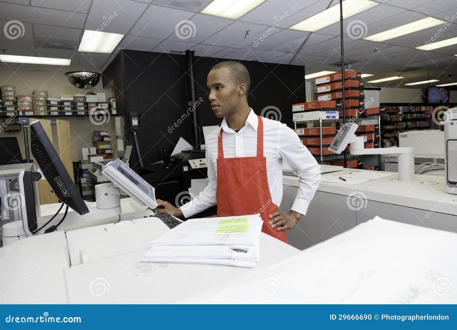 Handarbeider die kasregistermachine bekijken