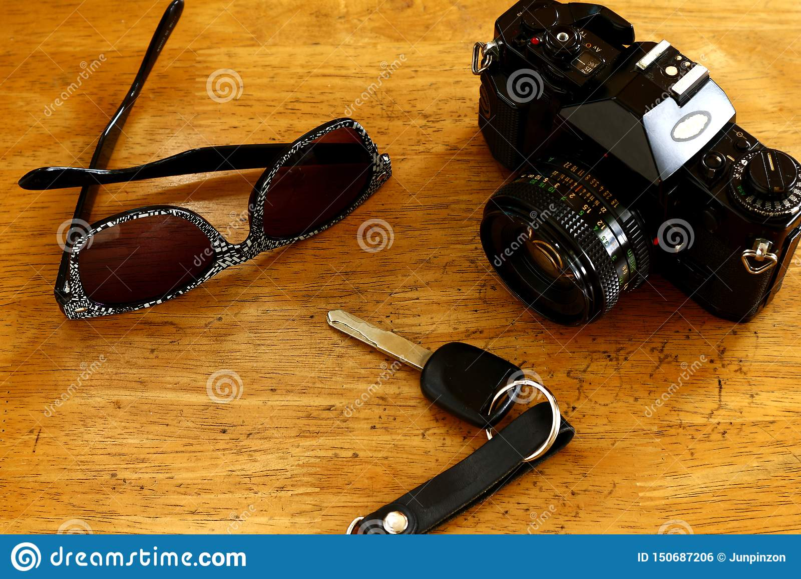 Handcamera, autosleutel en zonnebril